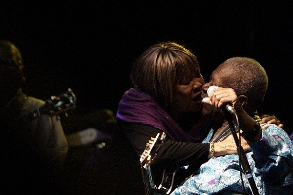 B.B. King hugging Mavis & Yvonne Staples