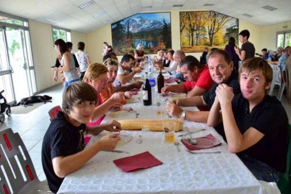 Repas des villageois aux fêtes de Guinarthe