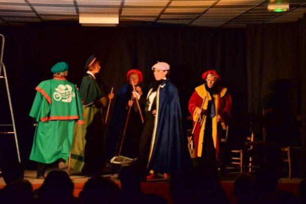 Batsarra sus l'Acropòli par la compagnie de théâtre Los Comelodians