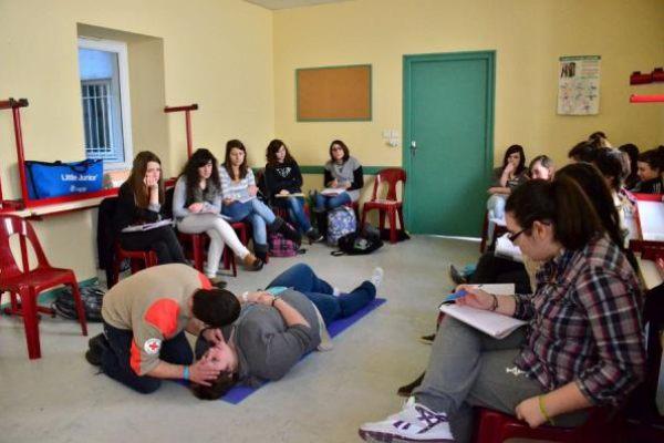 Formation aux premiers secours au lycée privé Notre Dame par les formateurs de la Croix Rouge