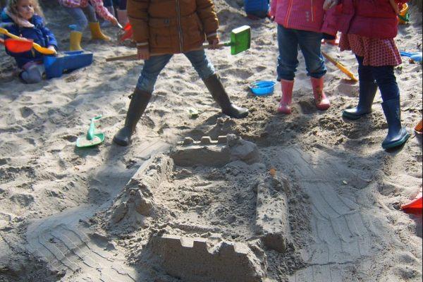 K3 Ridderkastelen bouwen in de zandbak